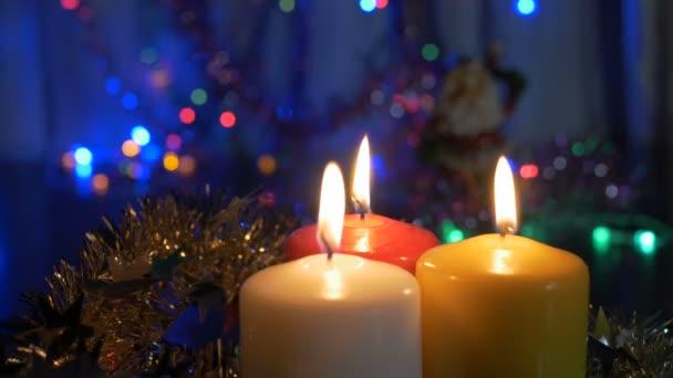 Nová let svíčky a vánoční ozdoby. Rozmazané pozadí s barevnými světly.