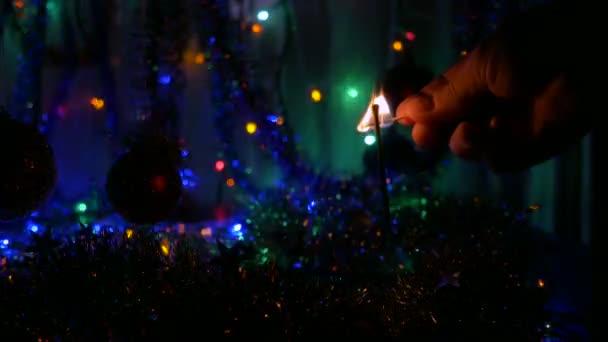 Muž světla prskavka. Nová let ohňostroje, barevné girlandy, rozmazané pozadí. 4k