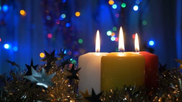 detail nového let svíčky a vánoční ozdoby. Rozmazané pozadí s barevnými světly