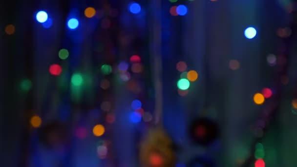 Nová let svíčky detail. Rozmazané pozadí s barevnými světly. Posouváním kamery z oblasti-zaměření na téma v centru pozornosti.