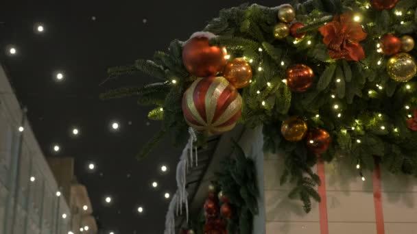 Slavnostní krásné koule, to je dekorace města na nový rok.