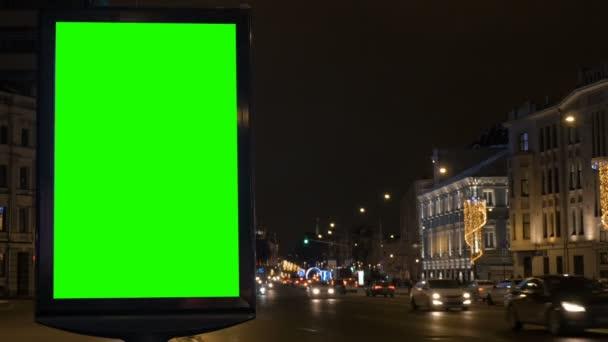 Billboard s zeleným plátnem na rušné ulici, slavnostní