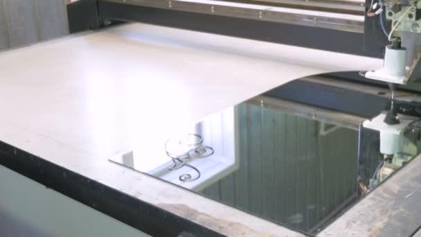 Stroj se softwarovým řízením je kresba na sklo s pomocí chemického složení. Továrna na výrobu systému windows