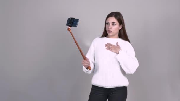 kavkazská dívka video blogger komunikuje s publikem body na její jumper