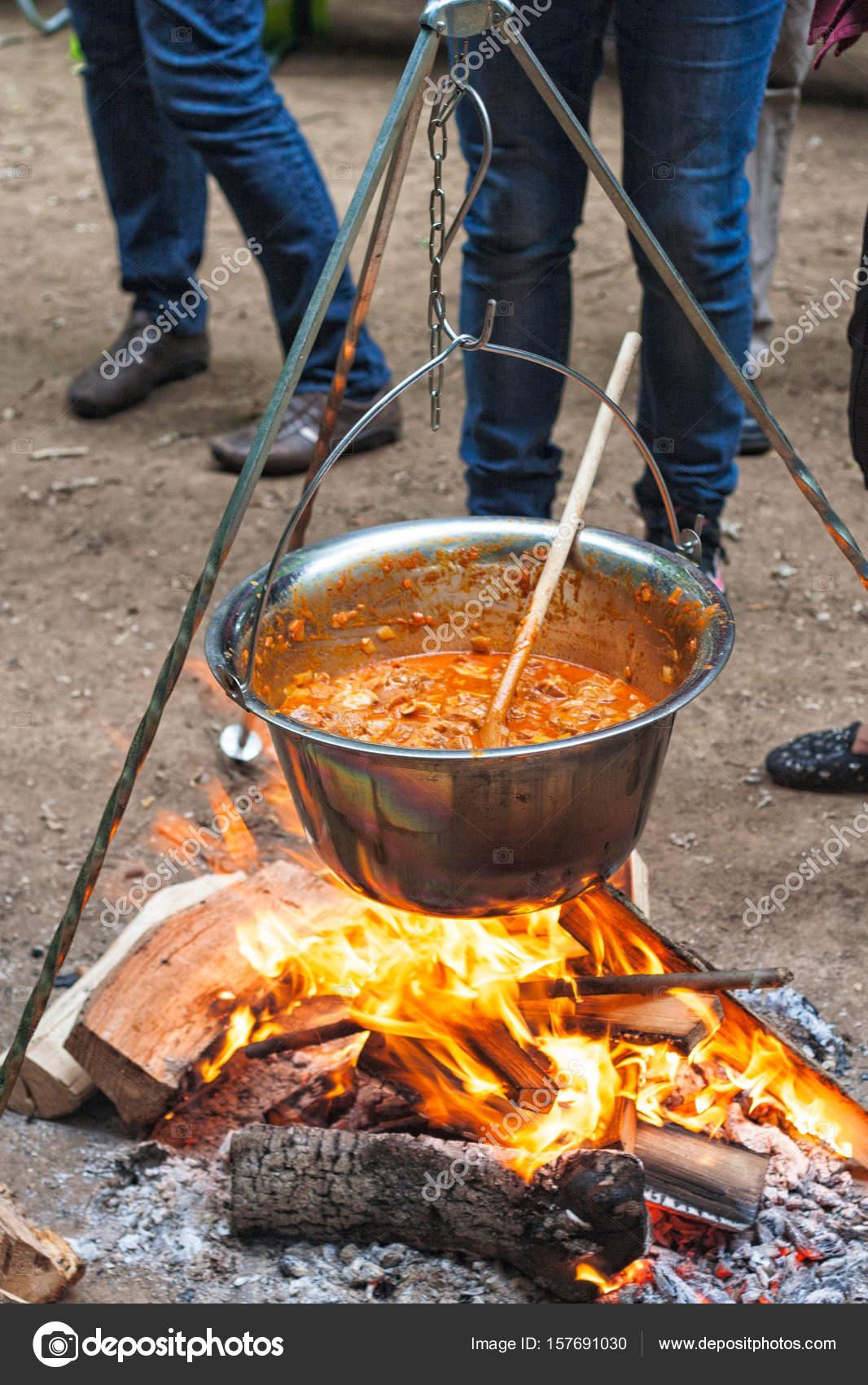 Ungarische Gulasch in einem Kessel über dem Lagerfeuer zu machen ...