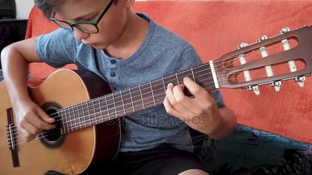 mladík hraje na kytaru