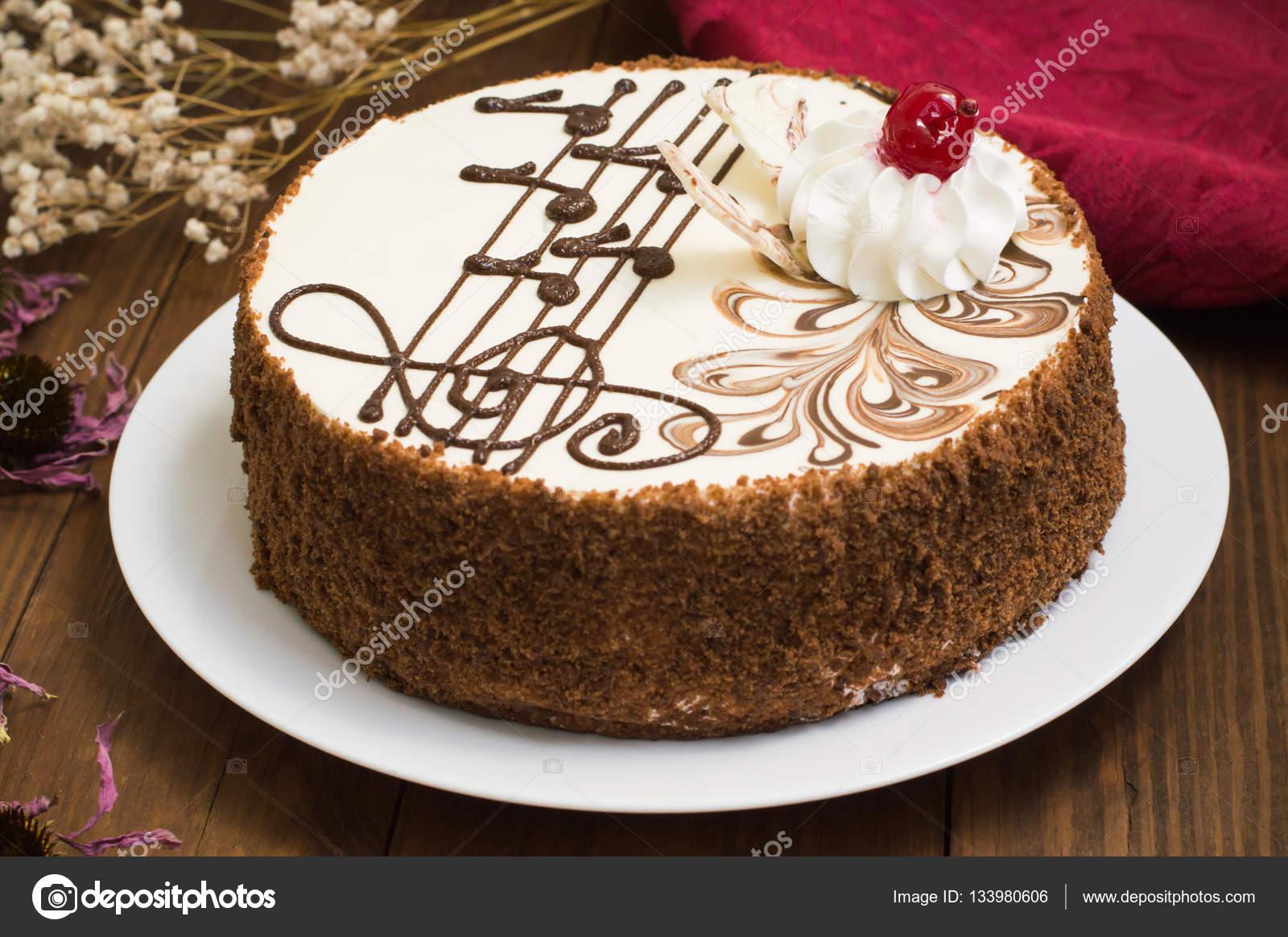 Biskuit Sahne Torte Mit Kirschen Und Johannisbeeren Holzerne