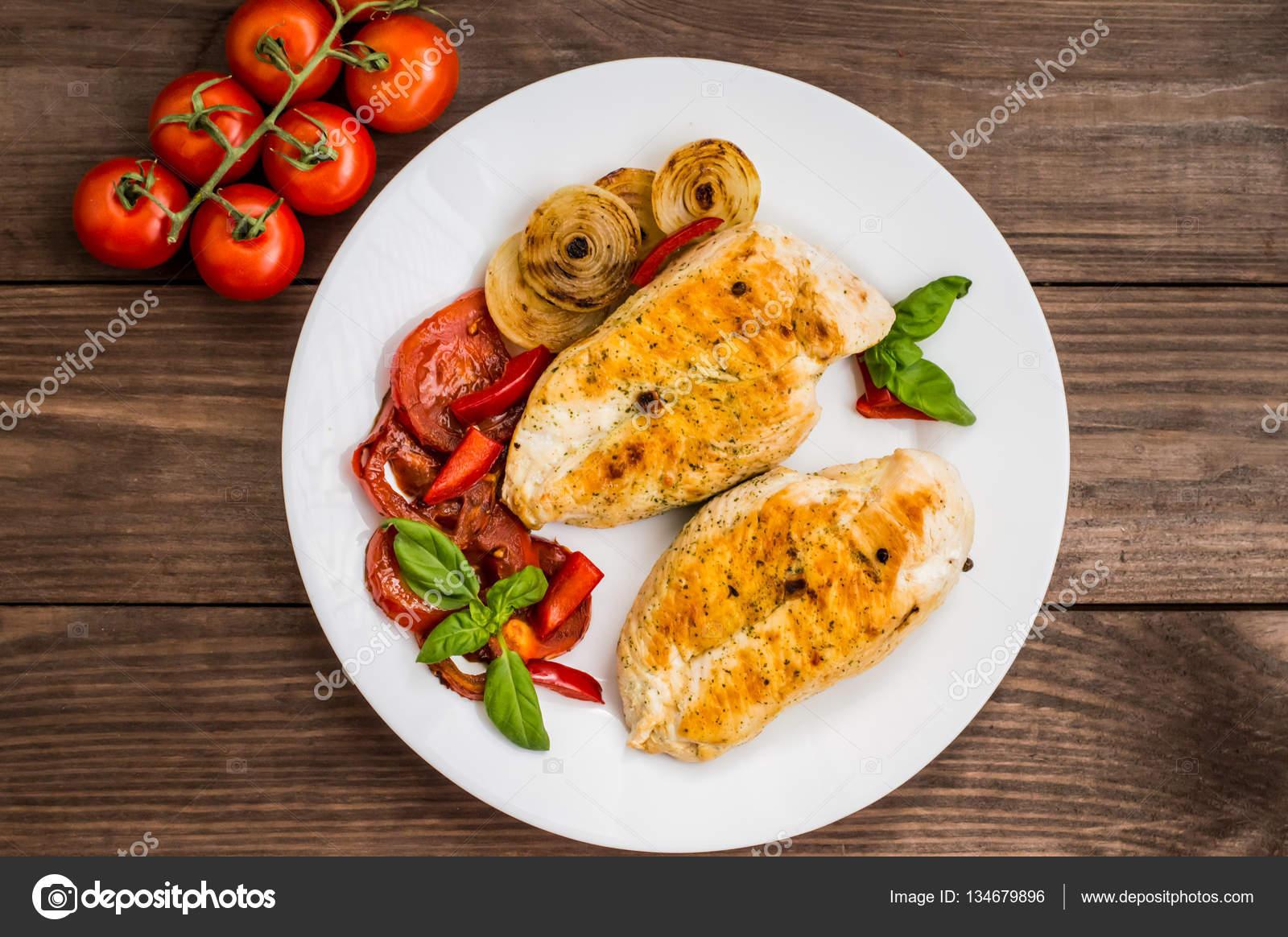 Куриное филе с овощами на сковороде