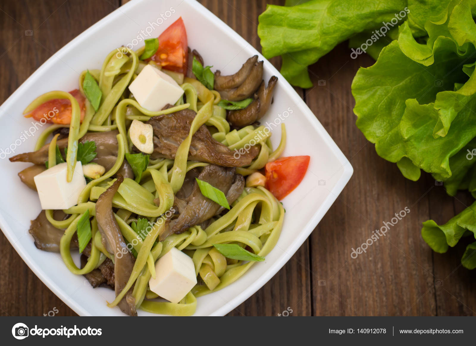 Teller mit Spaghetti-Teig mit Spinat und Austernpilze ...
