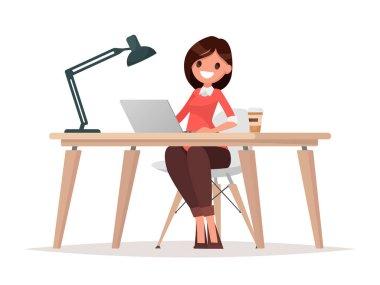 İş kadını masada dizüstü bilgisayarda çalışıyor.