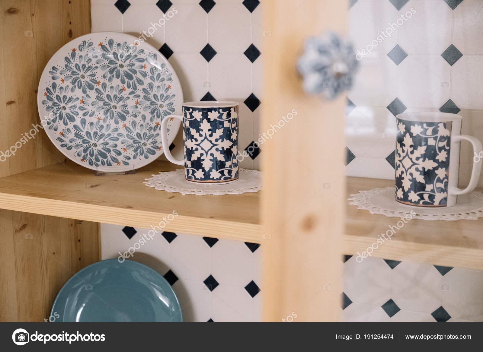 Credenza Con Tazze : Mobile da cucina o credenza per piatti foto immagine stock