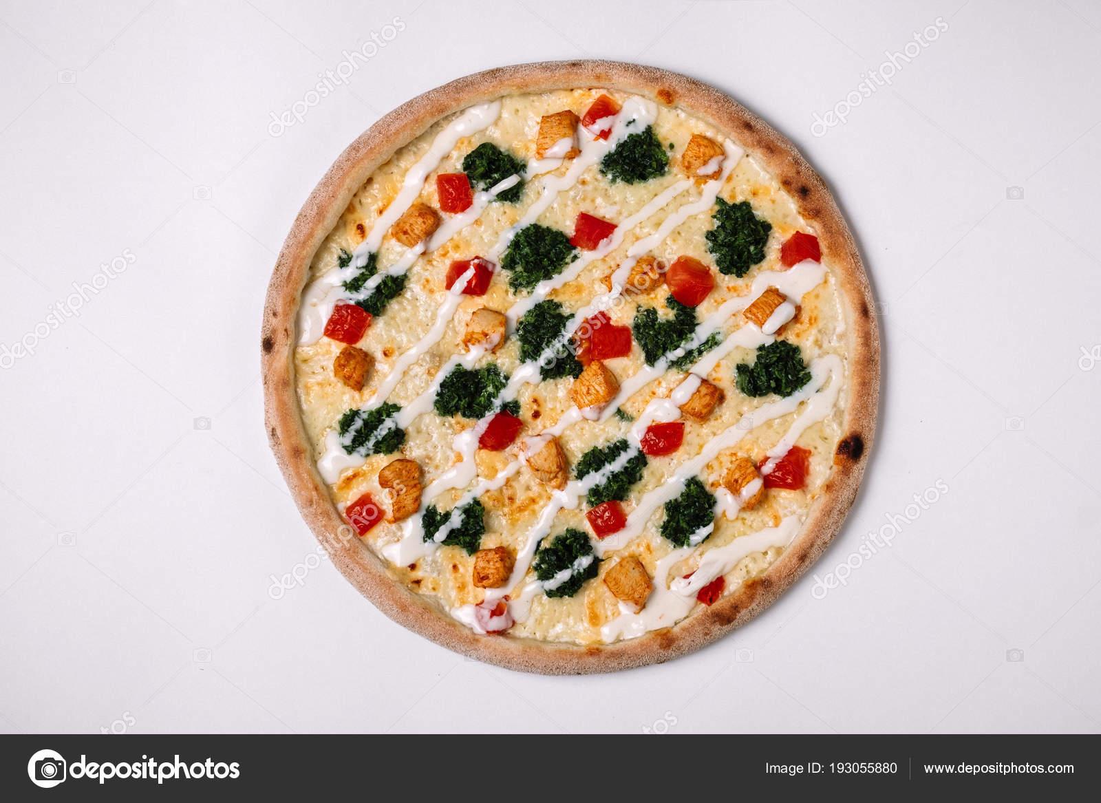 Pizza Met Kip Tomaat En Spinazie Op Wit Bovenaanzicht Stockfoto