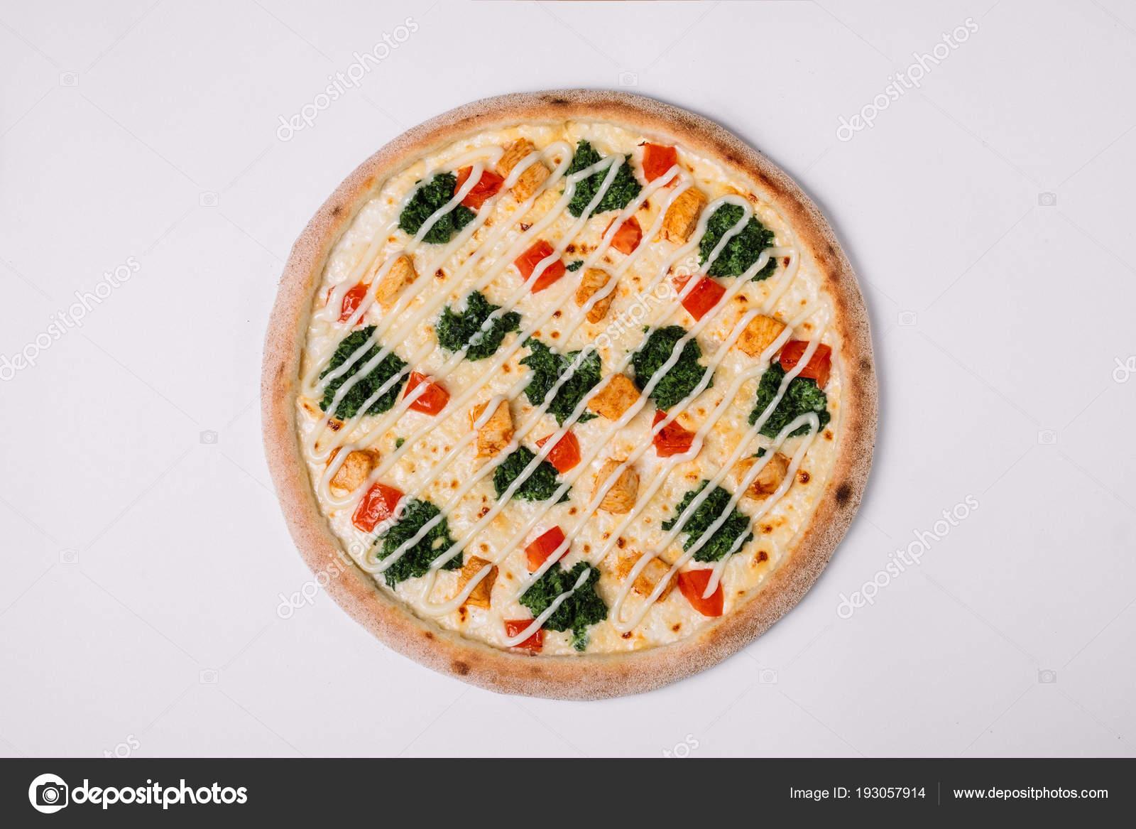 Pizza Met Kip Paprika En Spinazie Op Wit Bovenaanzicht Stockfoto