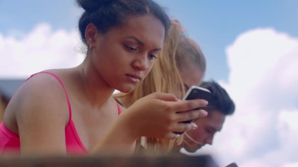 Afro Frau Outdoor-Smartphone betrachten. Afrikanisches Mädchen mit Telefon