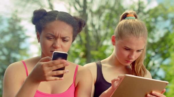 Kamarádky se společně při chatování v sociálních sítích
