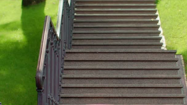 Kamenné schody v parku. Žulové schody. Detailní záběr na schodiště. Parku kroky