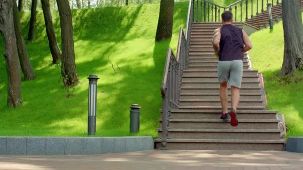 muž běží nahoru po schodech