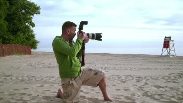 Fotograf nimmt Foto am Meeresstrand. Fotografen arbeiten