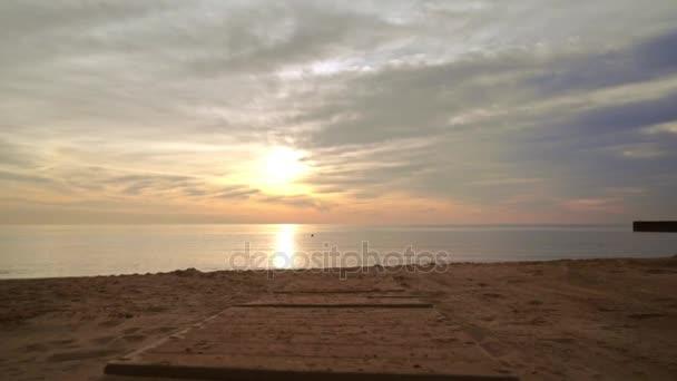 Sunset beach. POV chůzi na pláži moře. Shot POV západ slunce, moře na písečné pláži