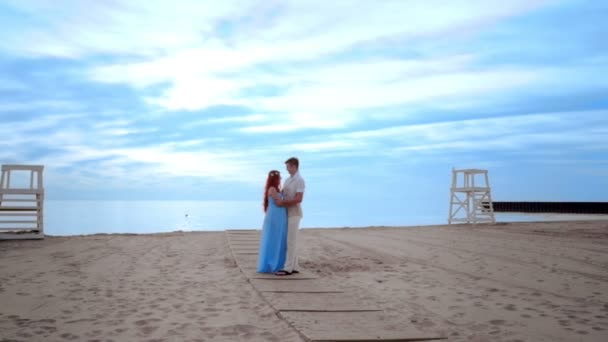 Paar am Strand küssen. Schwangere paar am Strand
