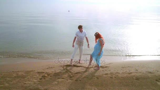 Paar zeichnen Herzsymbol auf Sand. Romantisches Paar Zeichnung Herzform am Strand