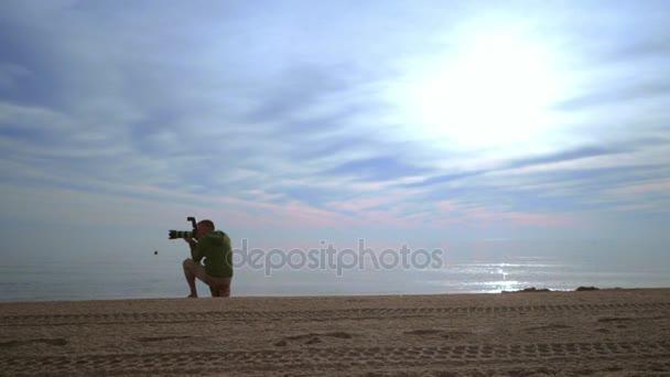 Fotografen nehmen Foto von Meer Sonnenuntergang. Fotograf mit Kamera auf dem Meer Sonnenuntergang