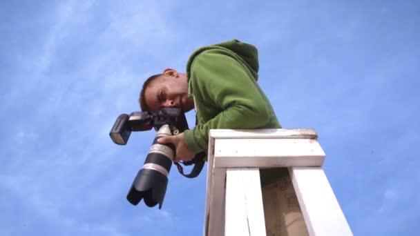 Fotograf nimmt Bild vom Wachturm. Fotograf am Himmelshintergrund