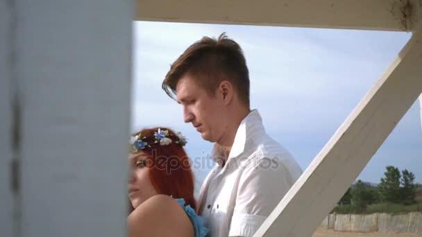 romantisches Paar, das sich umarmt. Nahaufnahme eines liebenden Paares im Freien. Paar umarmt sich