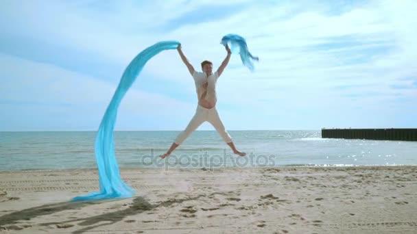 Mann springt Strand. Mann amüsiert sich am Strand. glücklicher Mann, der auf Sand herumalbert