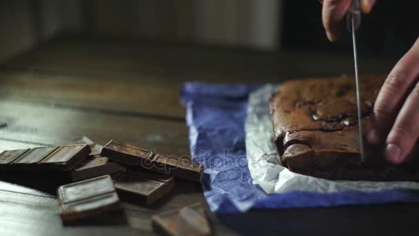 Kuchař, řezání čokoládový dezert na stole. Krájení čokoládový dort.