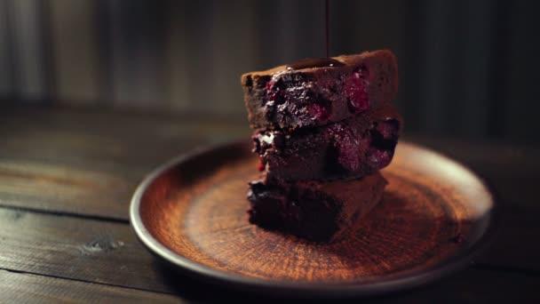 Čokoláda, kape na brownie dort. Tmavá čokoláda teče na čokoládový dort