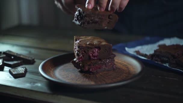 Csokoládé torta darab. Az ember keze tesz szelet csokoládétorta, a lemez