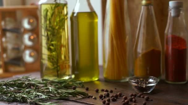 Koření a byliny na kuchyňském stole. Closeup přísady pro vaření