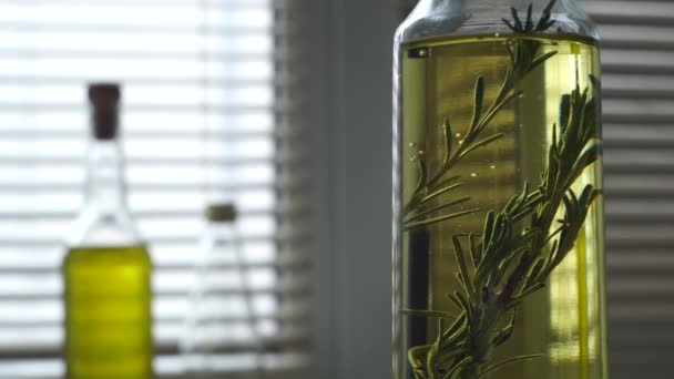 Rosemary bylina spadá láhev olivového oleje. Byliny a koření. Extra panenský olivový olej