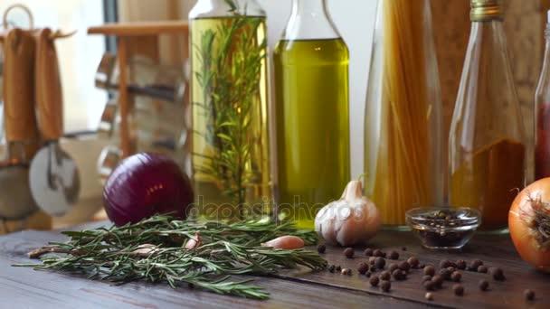 Složek potravin na dřevěný stůl. Koření a byliny. Detailní záběr na pepř koření