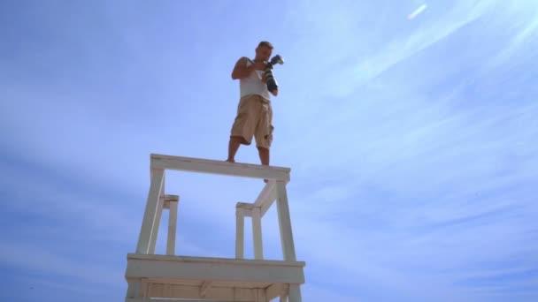 Fotografen nehmen Foto vom Wachturm. Mann mit professioneller Kamera