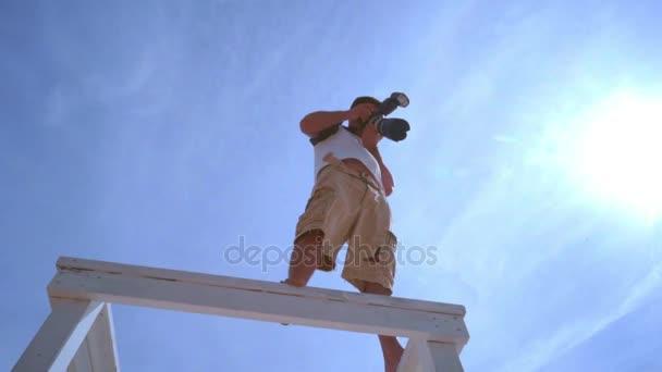 Menschen nehmen Foto mit Profikamera. Professioneller Fotograf