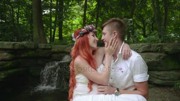 Láska, pár líbání. Zblízka romantický pár polibek poblíž vodopád