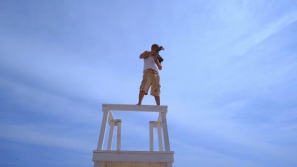 Profesionální fotograf s kamerou na pozadí oblohy