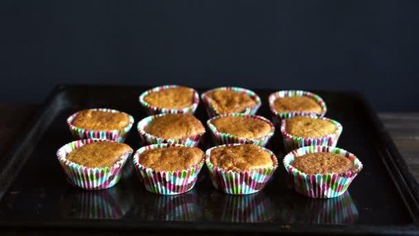 Szakács elvenni a sütés tálca cupcake. A tepsi főtt cupcakes