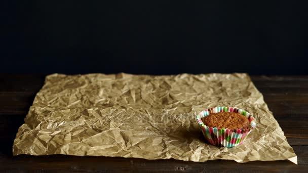 Šéfkuchař si košíčky na pečící papír. Ruční rozvrhnout vanilkový cupcakes