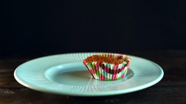 Chef messo cupcakes su piatto in ceramica. Bigné di fatti in casa. Muffin nel vassoio carta