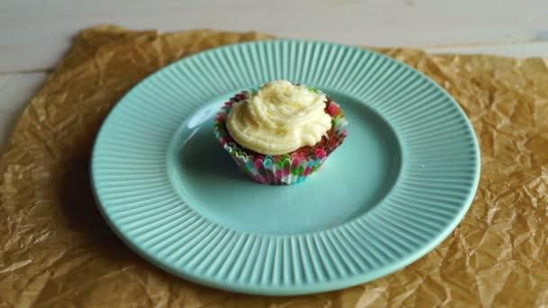 Szakács elvenni a cupcake süteményes tányér. Finom csésze sütemény torta lemez