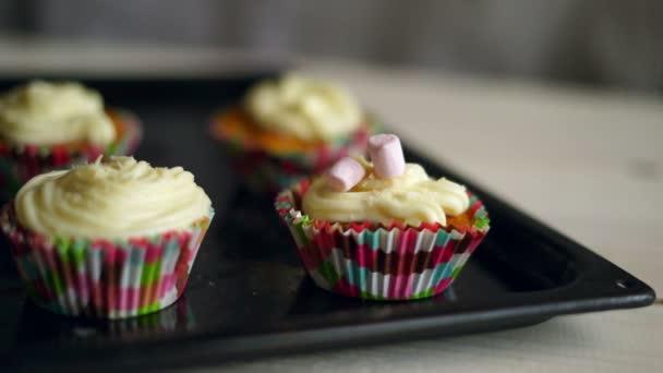 Caramelle marshmallow cade a muffin. Decorazione cupcake