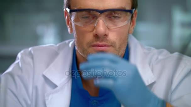 Laborarbeitergesicht. medizinische Forscherin, die im Labor arbeitet. Junge Wissenschaftlerin