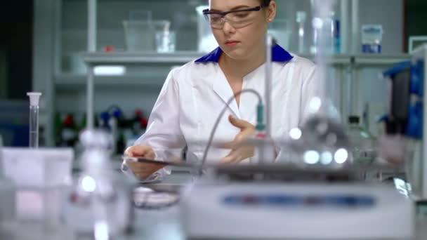 Vědec žena ve vědecké laboratoři. Žena v plášti. Ženské vědec