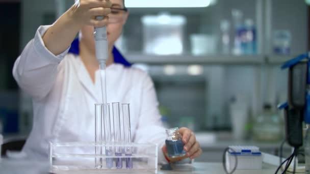 Výzkumný pracovník v chemické laboratoři. Ženské vědec dělá experiment