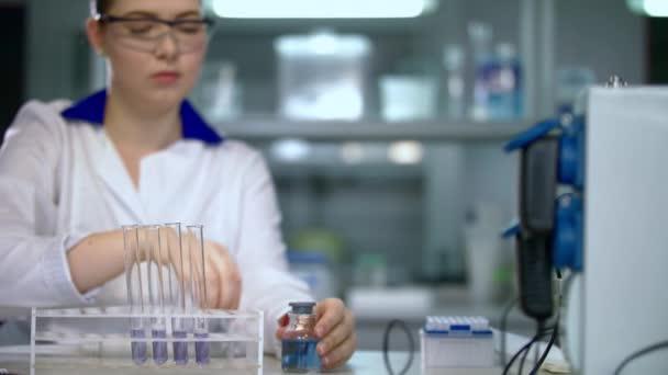 Gyógyszerész dolgozó kémcsőbe folyékony. Kémiai laborban orvosi kutatás