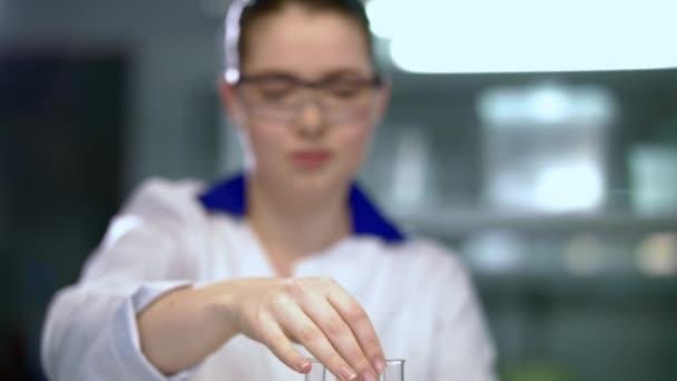 Žena vědec, který pracuje v chemické analýze. Chemická analýza kapalin