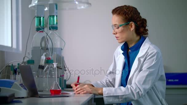 Ženské chemik v laboratoři. Chemie výzkum. Chemik žena dělá chemický výzkum